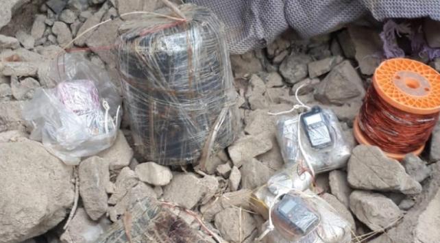 Hakkaride teröristlerin kullandığı sığınakta 2 EYP ele geçirildi