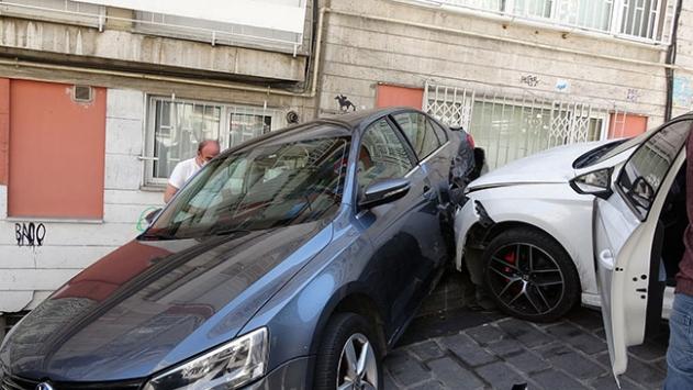 Beşiktaşta el freni çekilmeyen otomobil kazaya yol açtı