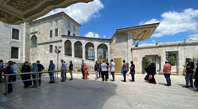 Fatih Sultan Mehmet Hanın kabrine ziyaretçi akını