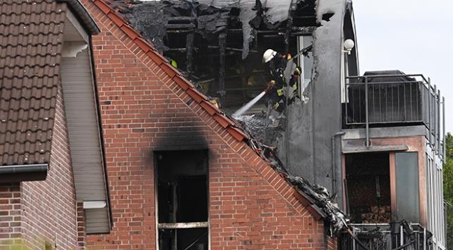 Almanyada apartmanın üstüne uçak düştü: 3 ölü