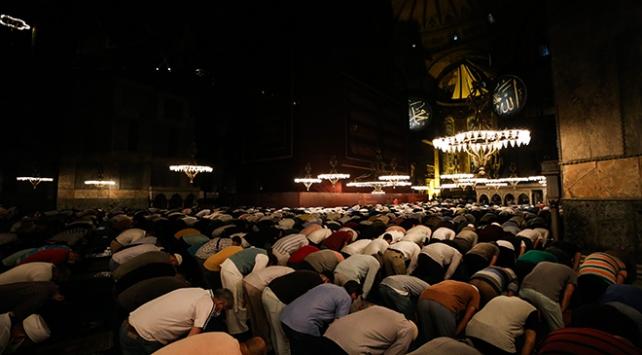 Ayasofya-i Kebir Cami-i Şerifinde akşam ve yatsı namazı kılındı