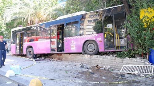 Kadıköy'de otobüs duvara çarptı: 5 yaralı