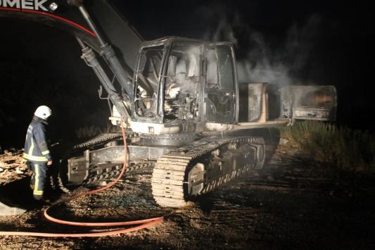Antalyada iş makinesi yanarak kullanılamaz hale geldi