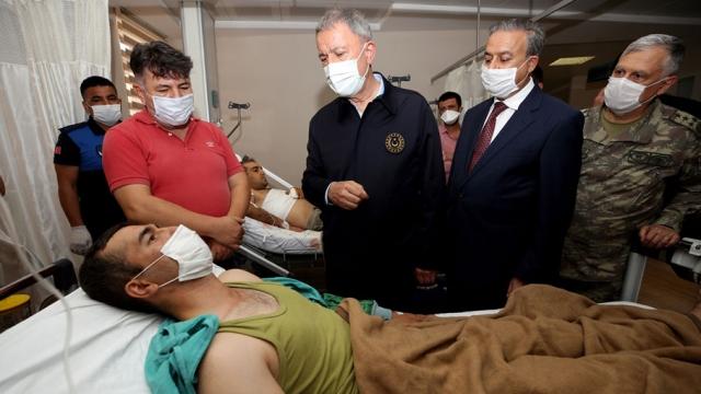 Bakan Akar'dan trafik kazasında yaralanan askerlere ziyaret