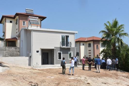 Adanada evi yıkılan aileye yeni ev yapıldı