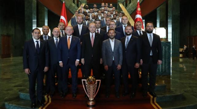 Cumhurbaşkanı Erdoğan, Medipol Başakşehir Futbol Kulubü heyetini kabul etti