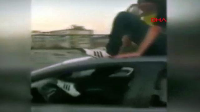 İzmir'de otomobil üzerinde tehlikeli yolculuk