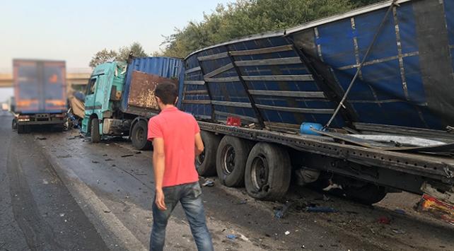 Tırlara çarparak hurdaya dönen kamyondan yara almadan kurtuldu