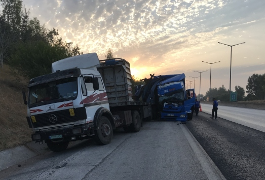 İki tıra çarparak hurdaya dönen kamyondan yara almadan kurtuldu