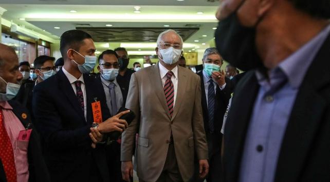 Eski Malezya Başbakanı yolsuzluk davasında suçlu bulundu