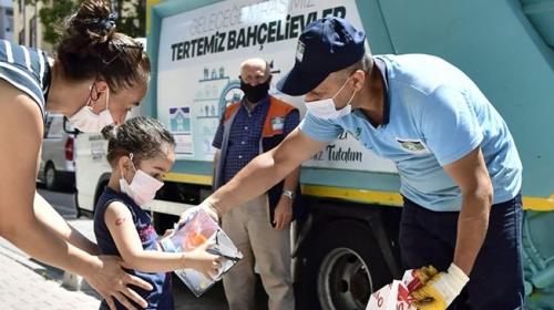 Temizlik işçilerinden minik Beren'e kamyon sürprizi