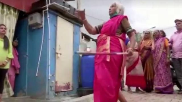 85 yaşındaki kadından Hint dövüş dansı Lathi-Kathi