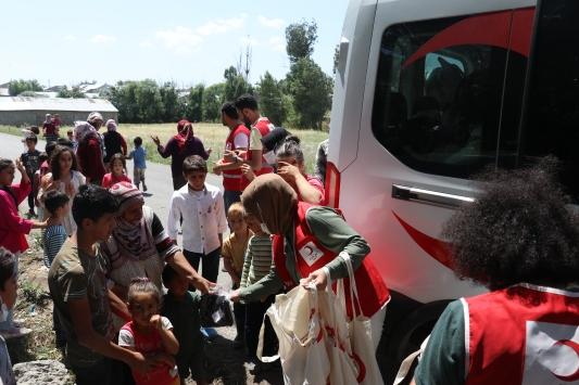 Türk Kızılay köy çocuklarını bayramlık kıyafetle sevindiriyor