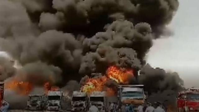 İran'da park halindeki araçlar böyle yandı