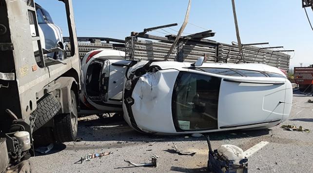 Otomobil yüklü tır devrildi: 8 araç zarar gördü