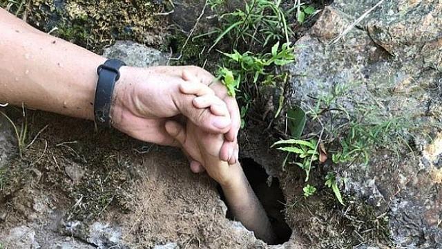 Çin'de mağarada mahsur kalan çocuk kurtarıldı