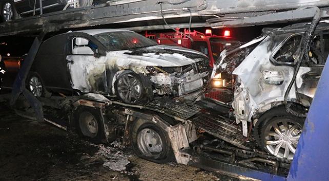Erzincanda sıfır araç yüklü tır yandı