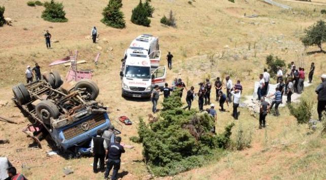 Kurbanlık yüklü kamyon şarampole devrildi: 3 yaralı