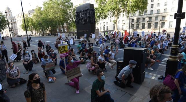 İngilterede sağlık çalışanları hükümeti protesto etti