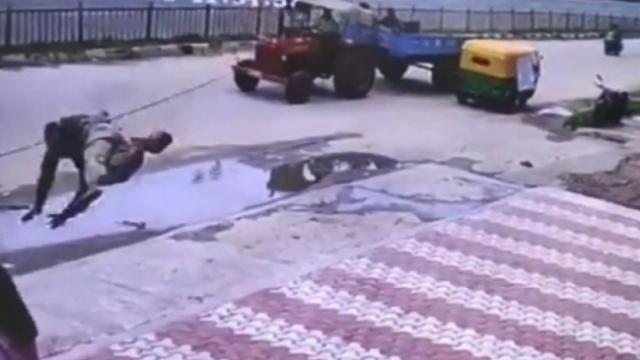 Hindistan'da kabloya takılan kişi havada uçarak kadının üzerine düştü