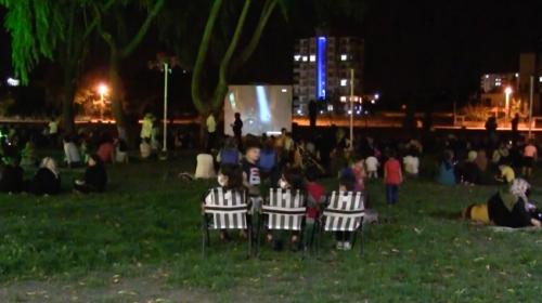 Yetim çocuklar açık havada sinema keyfini yaşadı
