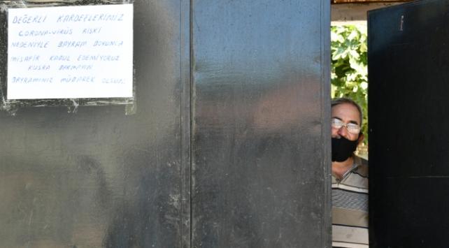 Salgın nedeniyle misafir kabul etmediğini kapıya astığı yazıyla duyurdu