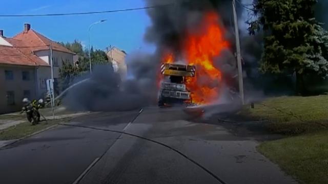 Çekya'da yangına müdahale eden itfaiye ekibi ölümden döndü