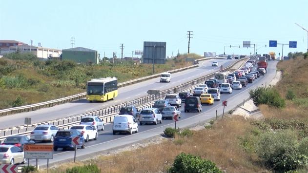 Şilede günübirlikçi yoğunluğu, kilometrelerce trafik yaptı