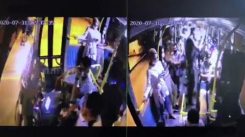 Bayramını kutlamadıkları otobüs şoföründen alkışla özür dilediler
