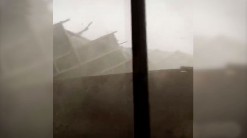Sivas'ta şiddetli rüzgar nedeniyle evlerin çatıları uçtu