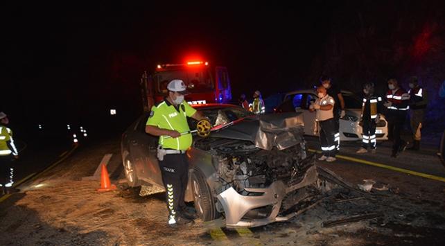 Gümüşhanede iki araç kafa kafaya çarpıştı: 1 ölü, 4 yaralı