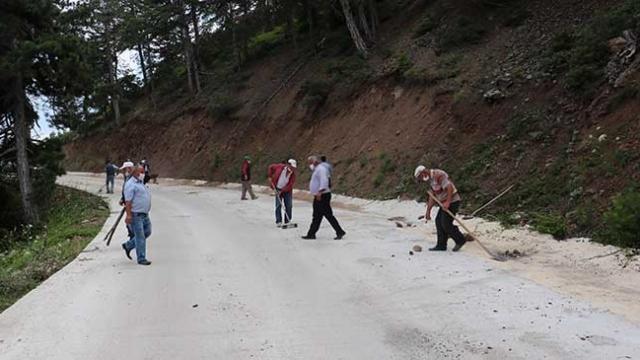 Yeni yapılan köy yolunu kürek ve süpürgeyle temizlediler