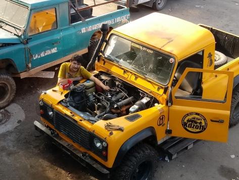 Eski arazi araçlarını modifiye ederek off-road yarış arabasına dönüştürüyor