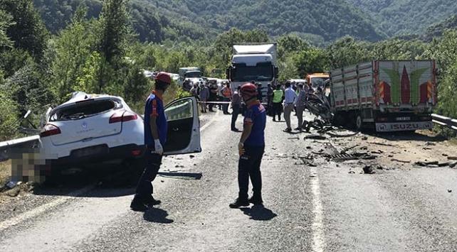 Karabükte kamyon ile otomobil çarpıştı: 2 ölü, 3 yaralı