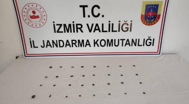 İzmirde tarihi eser niteliğindeki 38 madeni obje ele geçirildi