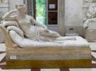 Poz verirken 19'uncu yüzyıldan kalma heykeli kırdı
