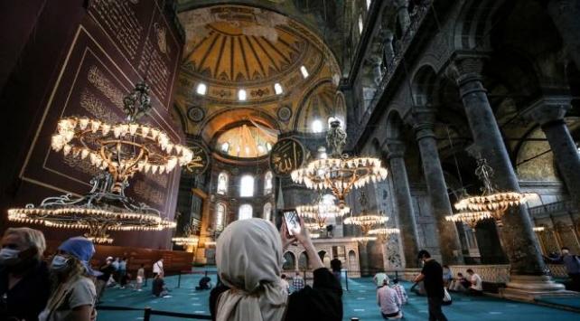 Ayasofya-i Kebir Camii'ne ziyaretçilerin ilgisi sürüyor