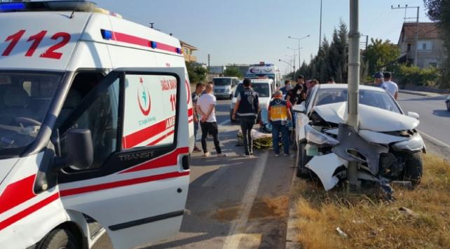 Sakaryada kontrolden çıkan otomobil direğe çarptı: 5 yaralı
