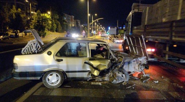 Kocaelide park halindeki tıra çarpan otomobilin sürücüsü yaralandı