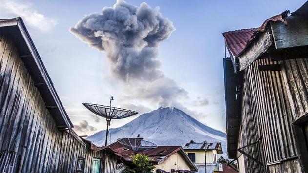 Endonezyada Sinabung Yanardağı yine patladı