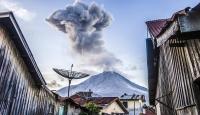 Endonezya'da Sinabung Yanardağı yine patladı