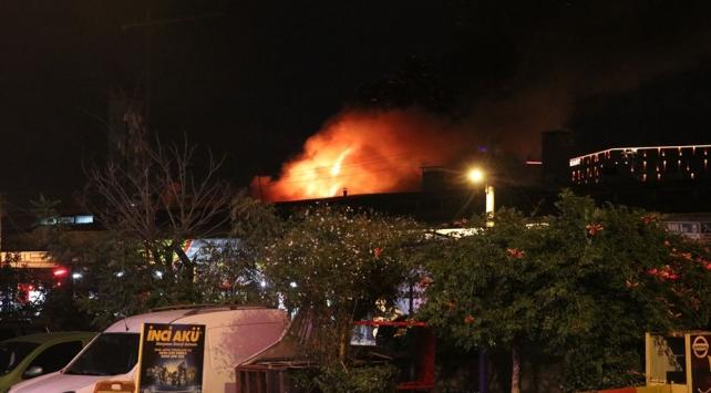 İzmirde sanayide çıkan yangın hasara neden oldu