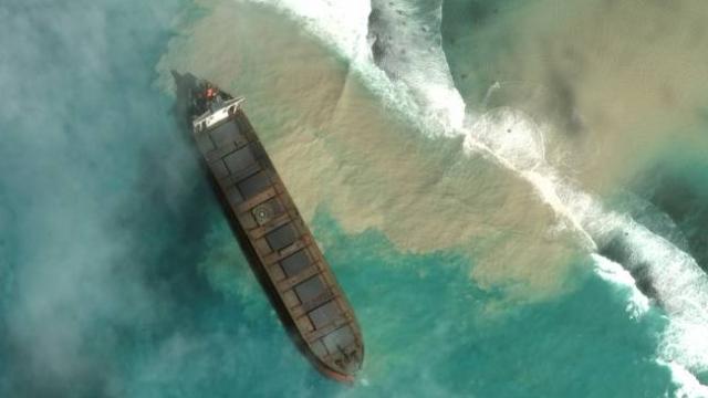 4 bin ton petrol okyanusa sızmaya başladı, acil durum ilan edildi