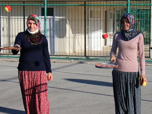 Yörük çocukları için yaylaya tenis kortu