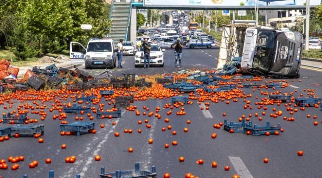 Ankarada sebze yüklü kamyonet devrildi: 2 yaralı