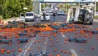 Ankara'da sebze yüklü kamyonet devrildi: 2 yaralı