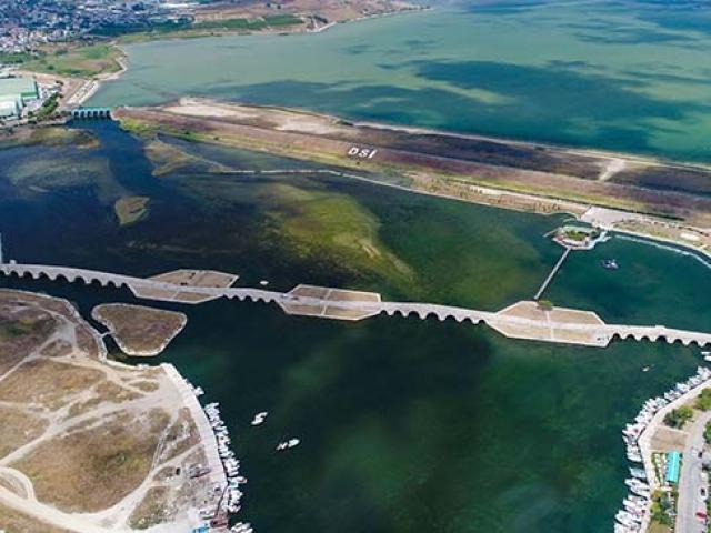 Büyükçekmece Gölü'nde korkutan görüntü: Doluluk oranı yüzde 30 seviyelerine düştü