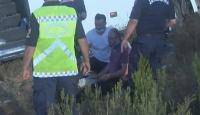 Sağlık çalışanı yaralı adamı sarılarak teselli etti