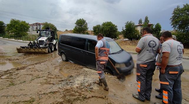 Sağanak nedeniyle yollar göle döndü, evleri su bastı