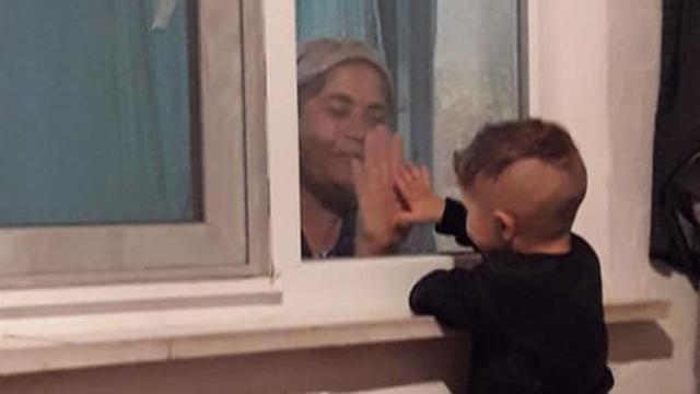 Karantinadaki babaannesiyle cam arkasından oynuyor